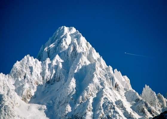 برف نشسته روی قله کوهستان