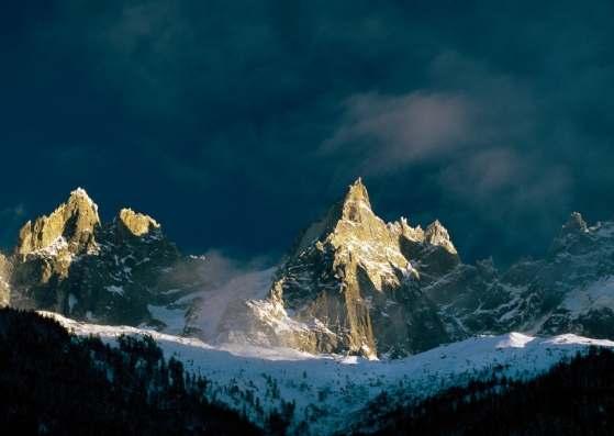 نمای خیره کننده از کوهستان