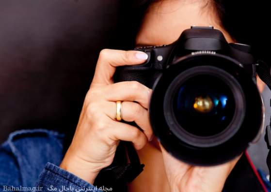 زن در حال عکس گرفتن