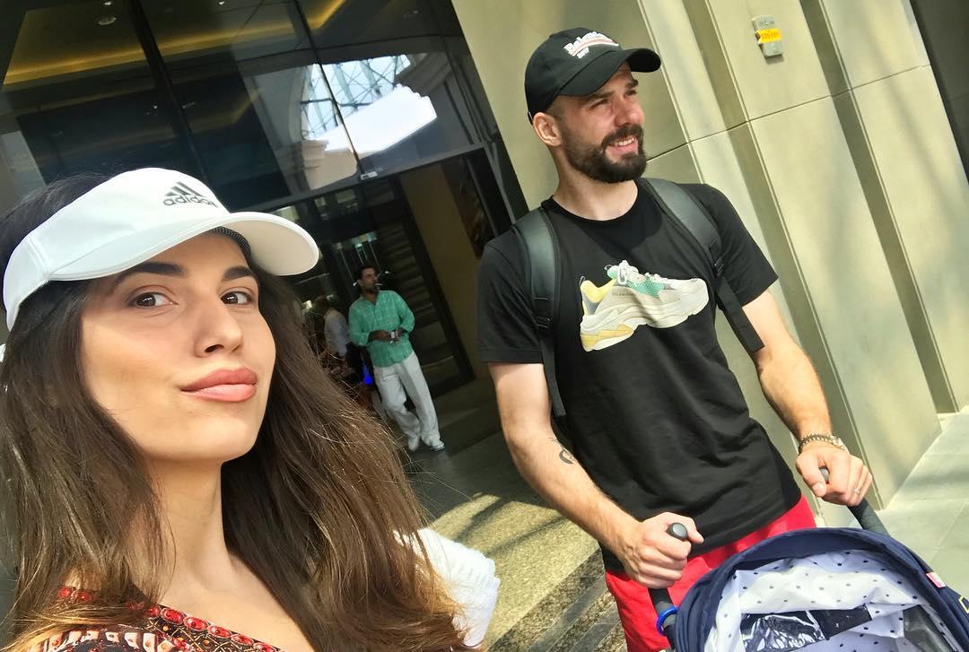 بوژیدار رادوشوویچ و همسرش در فرودگاه