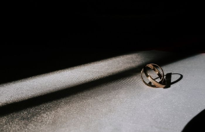 حلقه ی طلایی در پس زمینه مشکی