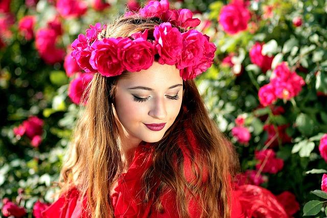 دختر با تاج گل قرمز