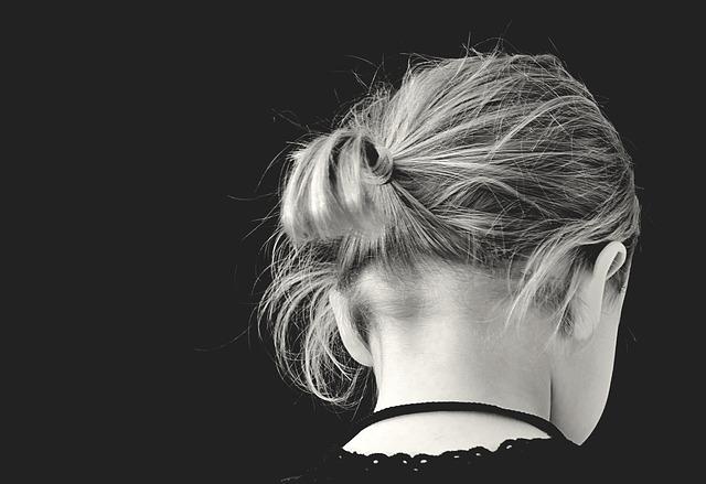 دختر با موهای بسته از پشت