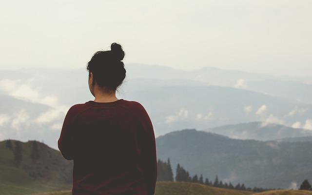 دختر با موهای بسته در کوهستان زیبا
