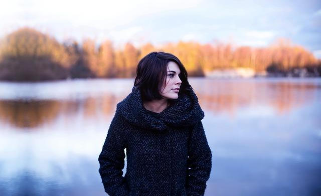 دختر با پس زمینه رودخانه
