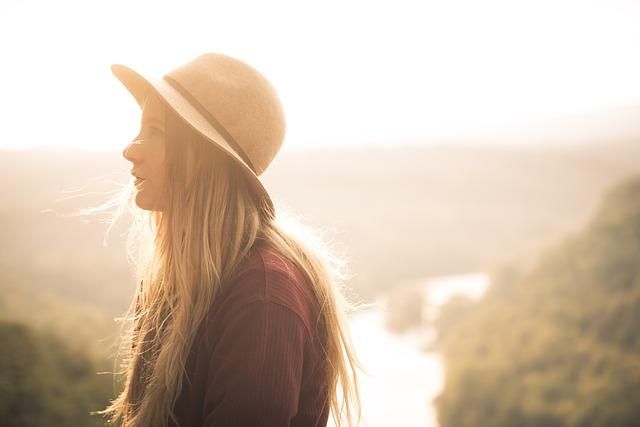 دختر با کلاه در غروب پروفایل