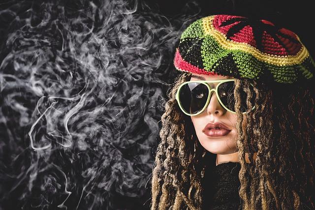 دختر با کلاه رنگی