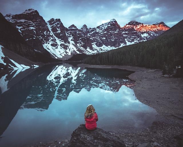 دختر تنها در کوهستان و آب