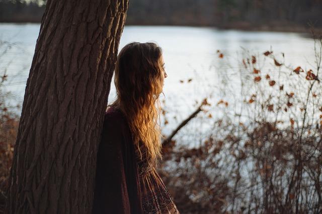 دختر تکیه داده به درخت