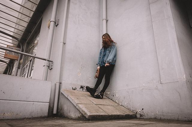 دختر تکیه داده به دیوار