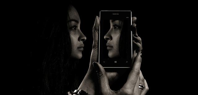 دختر در آینه جذاب