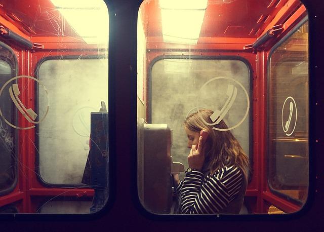 دختر در حال تلفن زدن