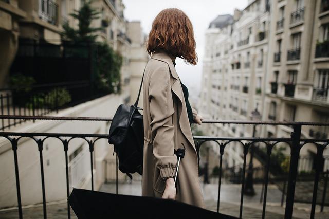 دختر در حال سفر