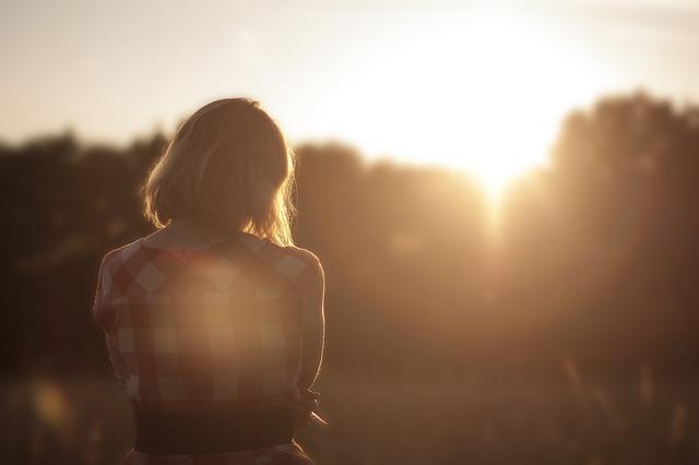دختر در غروب آفتاب جذاب