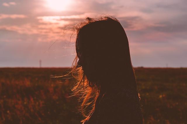 دختر در غروب دلگیر آفتاب