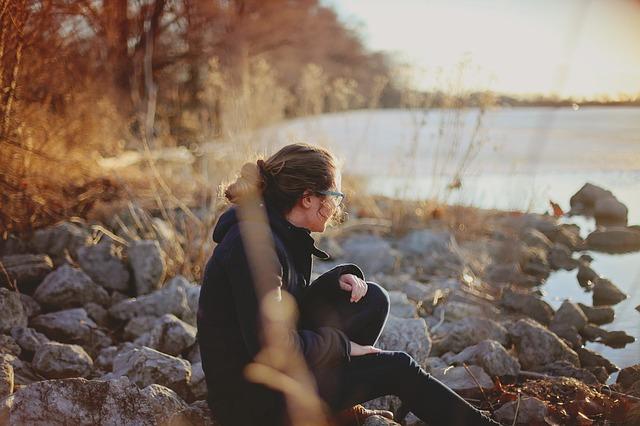 دختر در کنار سنگ های ساحل