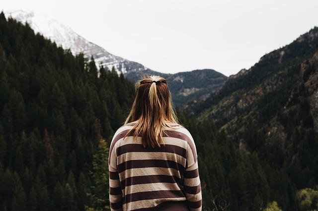 دختر روبه روی کوهستان