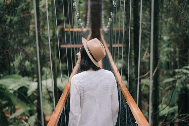 دختر روی پل در جنگل