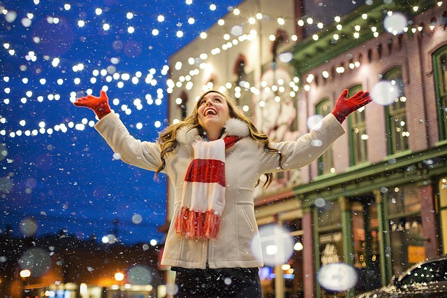 دختر شاد در کریسمس