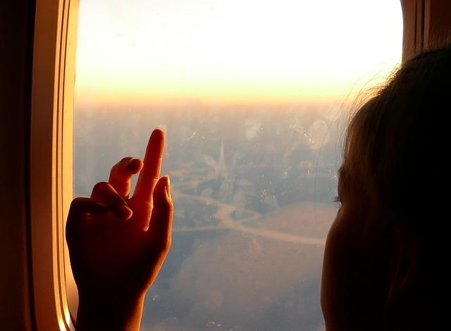 دختر لم داده به شیشه