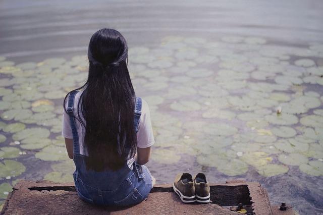 دختر نشسته در برکه