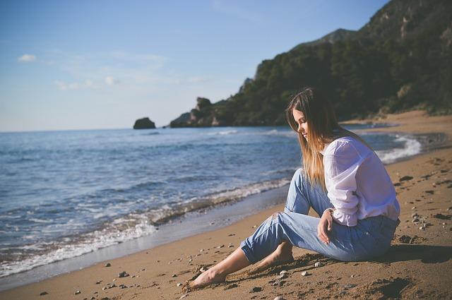 دختر نشسته در ساحل
