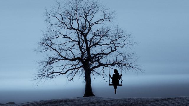 دختر نشسته روی طناب در جنگل