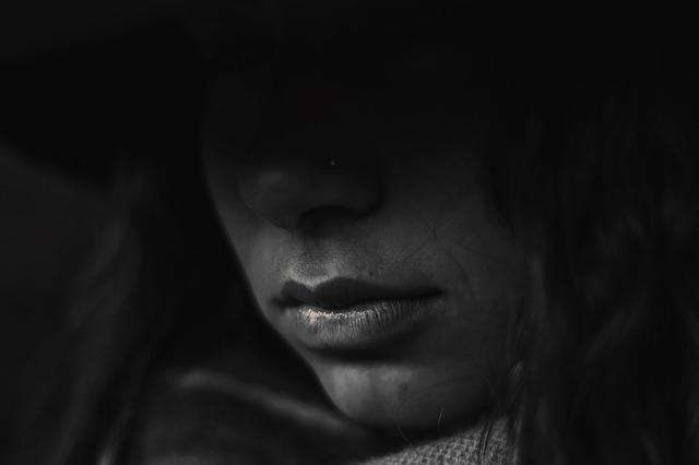 پروفایل دختر در تاریکی