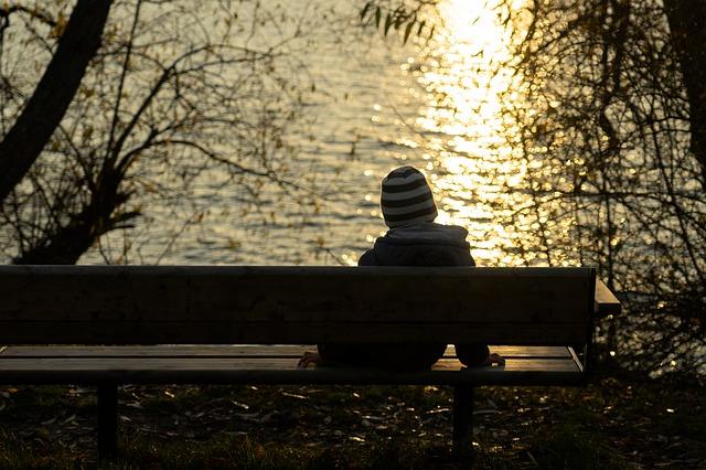 پروفایل مرد تنها کنار دریاچه