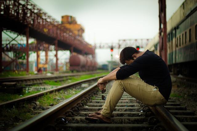 پروفایل پسر تنها در ایستگاه قطار