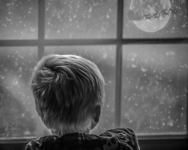 پسر بچه زل زده به برف