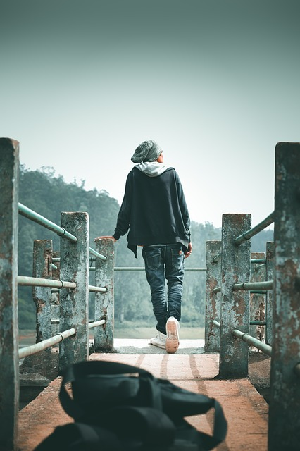 پسر روی پل