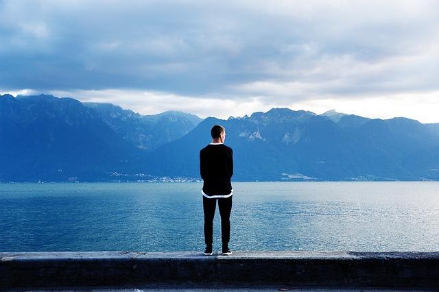 پسر کنار دریاچه آبی