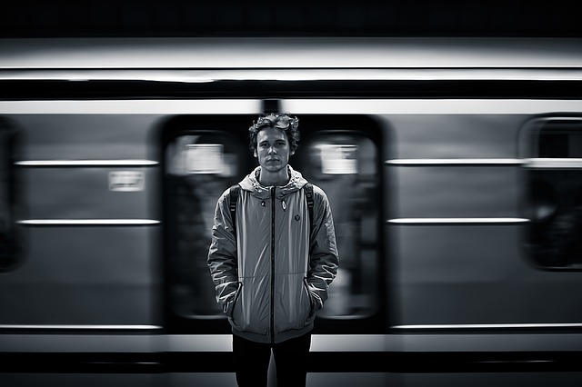 پسر کنار مترو