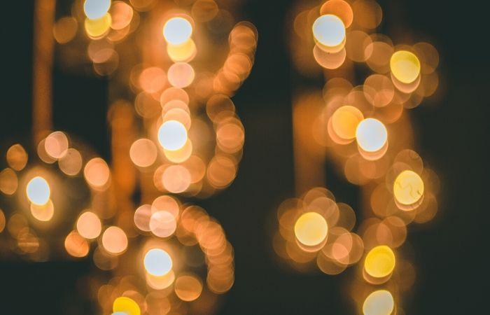 چراغ های طلایی در پس زمینه مشکی