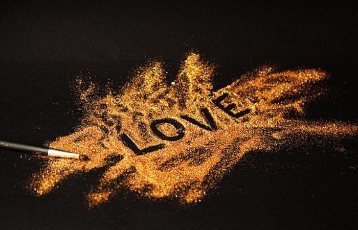 کلمه دوس داشتن با ترکیب رنگ طلایی