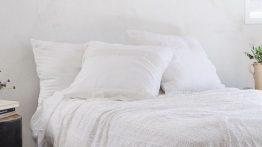 دیوار سفید و تم سفید اتاق خواب