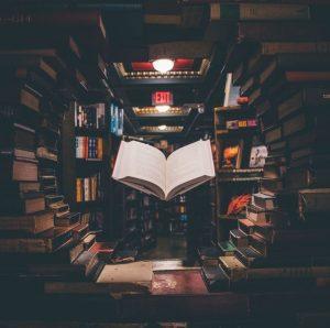عکس قفسه کتاب برای پروفایل