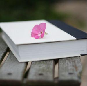عکس پروفایل کتاب با گل