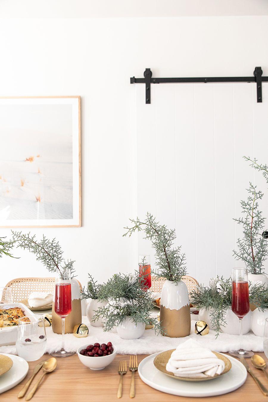 مدل میز قهوه ای با تزئین شاخه کریسمس 2020