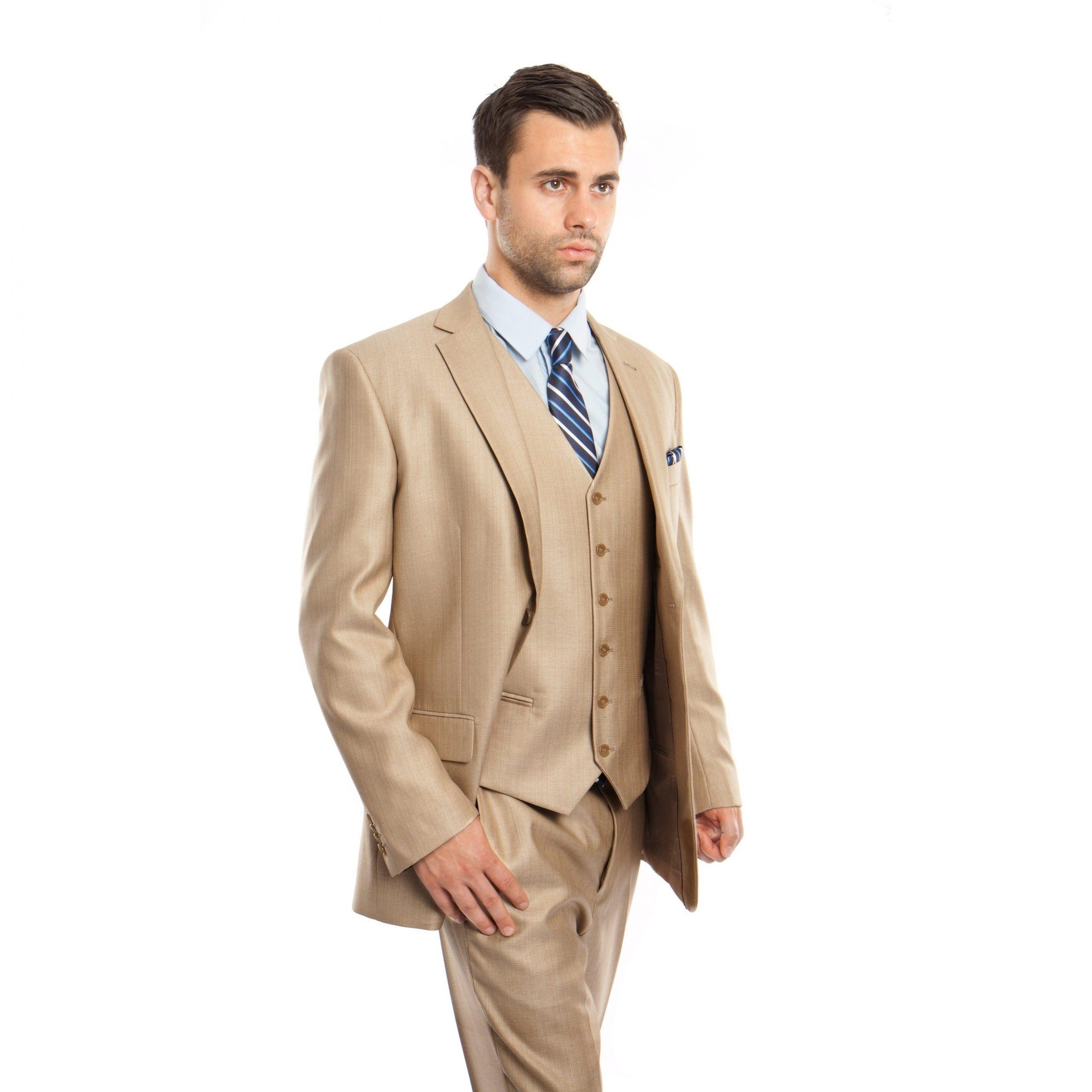 کت و شلوار نشکافه ای با پیرهن آبی روشن با کراوات راه راه