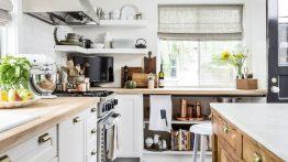 آشپزخانه با کف شطرنجی و تم سفید مخصوص سال ۲۰۲۰