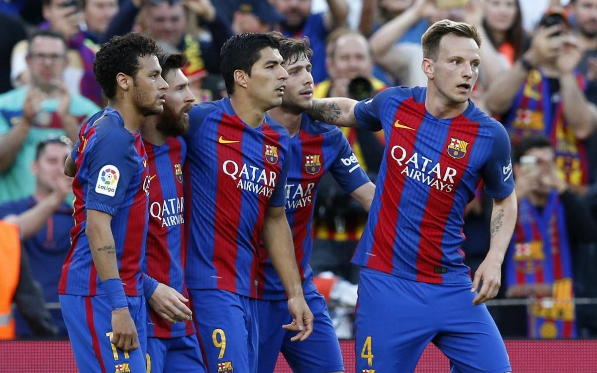 خوشحالی بعد از گل در سال 2016 میلادی سوارز و بقیه بازیکنان بارسا