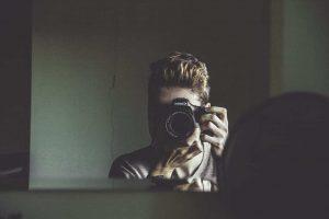 عکس پروفایل جلوی آینه با دوربین عکاسی