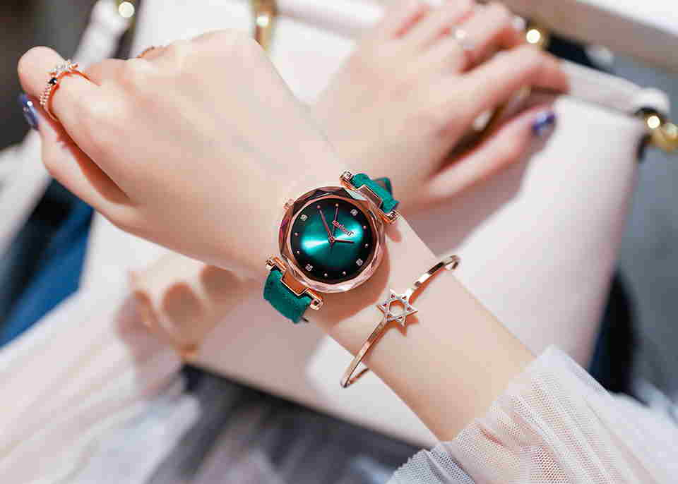 عکس دیدنی ساعت سبز و شیک با تم جذاب و دستبند طلایی