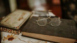 عکس پروفایل عینک روی کتاب