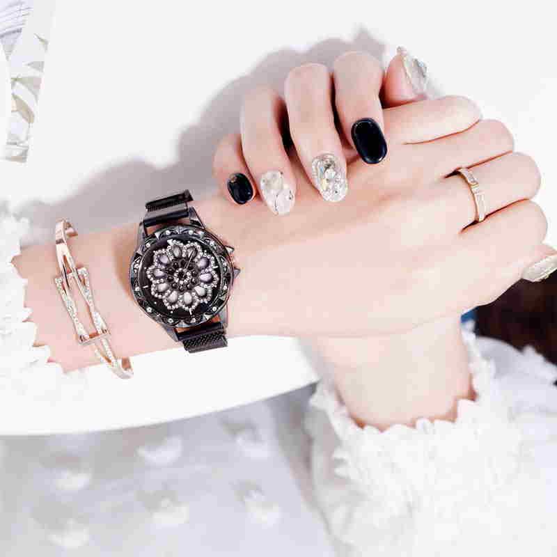 پروفایل دیدنی ساعت مشکی دخترانه با لباس سفید و دست بند طلایی